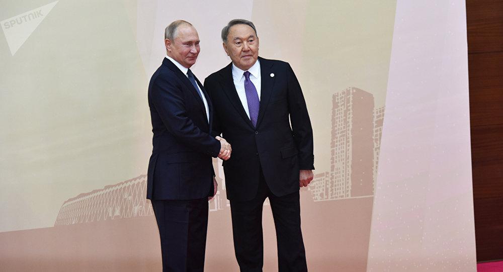 Президент Казахстана Нурсултан Назарбаев и глава РФ Владимир Путин на совещании ОДКБ в Астане, 8 ноября 2018 года