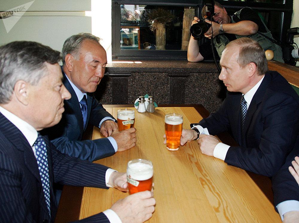 Путин, Назарбаев, Сумин во время посещения уличного кафе