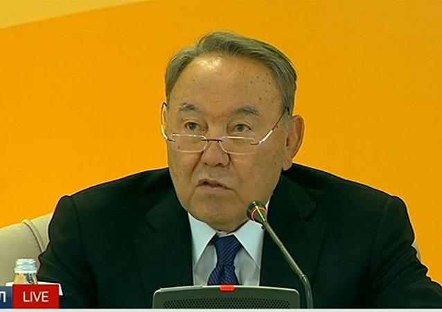 Нурсултан Назарбаев выступает с приветственным словом