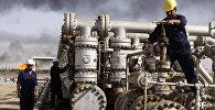 Архивное фото иракских рабочих на нефтеперерабатывающем заводе