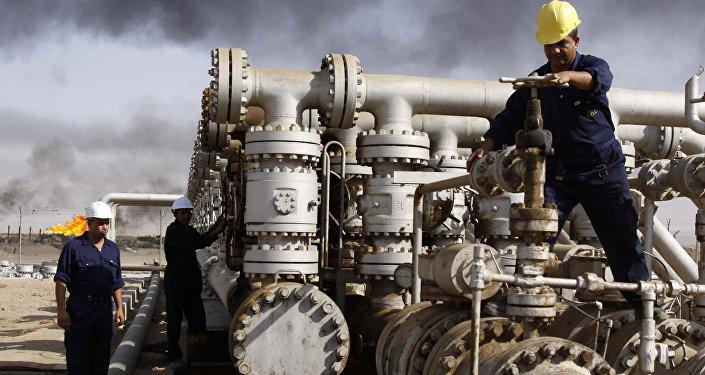 Архивное фото рабочих на нефтеперерабатывающем заводе