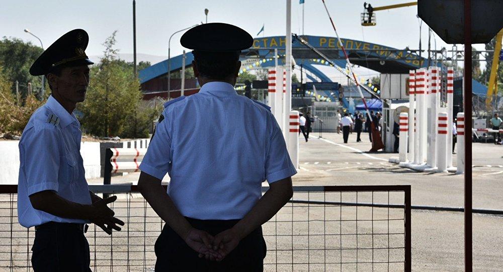 Архивное фото сотрудников погранслужбы на контрольно-пропускном пункте Ак-Жол на границе Киргизии и Казахстана
