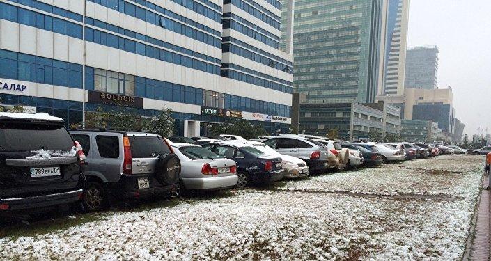 Усыпанная снегом парковка в Астане