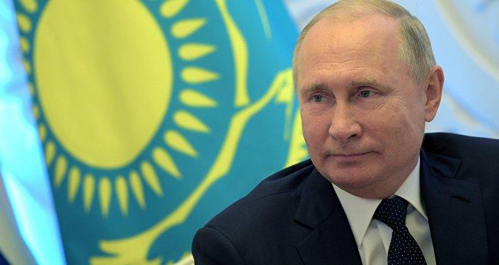 Президент РФ Владимир Путин во время встречи с президентом Казахстана Нурсултаном Назарбаевым, 9 ноября 2018