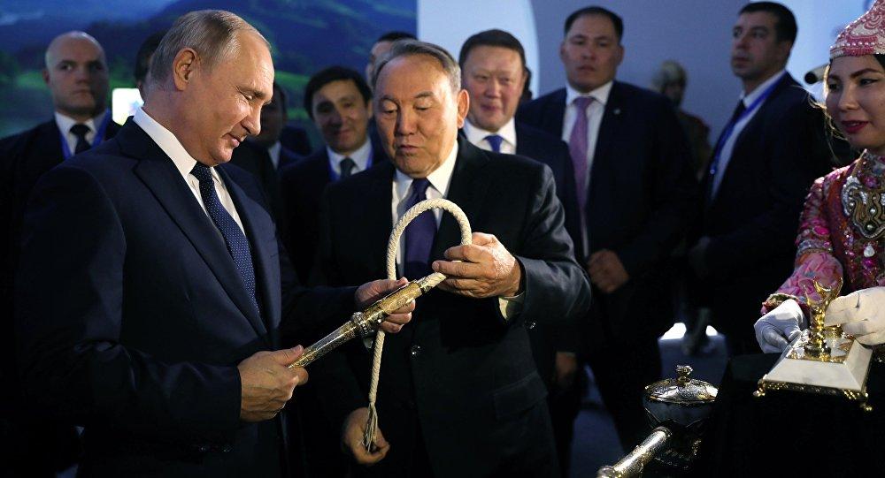 Президент РФ Владимир Путин и президент Казахстана Нурсултан Назарбаев во время посещения туристической выставки Новые подходы и тенденции в развитии туризма России и Казахстана