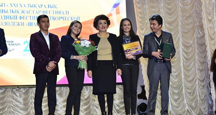 Айман Мусаходжаева вручила премию за I место в номинации Классическая музыка/ камерный ансамбль струнному квартету Sardor из Ташкента