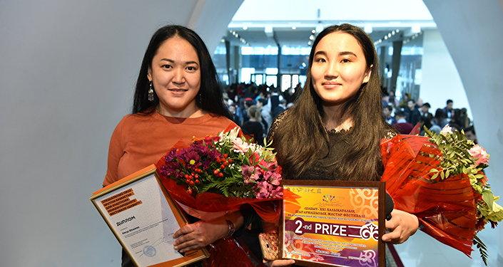 Обладательница спецприза Sputnik Айнур Шошаева (слева) и корреспондент Sputnik, получившая приз за II место, Айгюзель Кадир (справа)