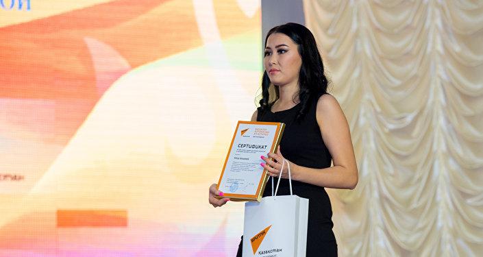 Награждение сертификатами и спецпризами Sputnik на сцене международного конкурса Шабыт