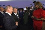 Путину в Казахстане подарили завязанный в узел гвоздь