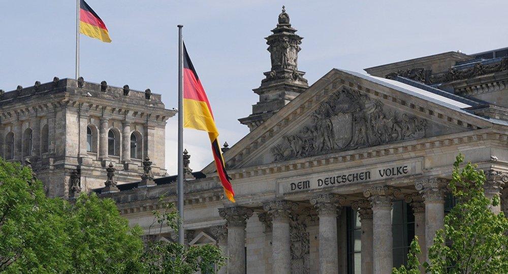 Флаг Германии на историческом здании государственного  собрания в Берлине, иллюстративное фото