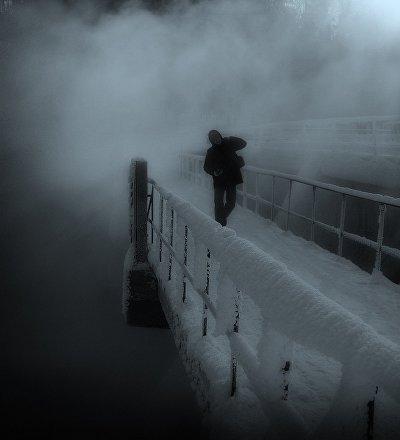 Мужчина зимой на мосту, иллюстративное фото