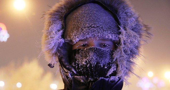 Молодой человек в морозный вечер, архивное фото