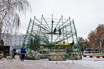 В Павлодаре начали устанавливать центральную новогоднюю елку