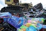 Уничтожение контрафактных игрушек, архивное фото