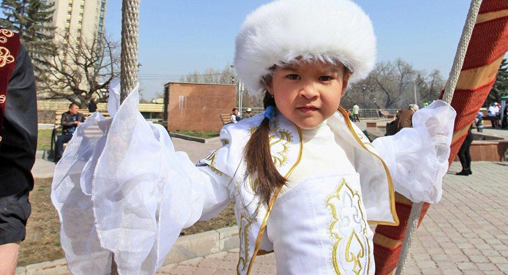 Архивное фото девочки в национальной одежде