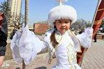 Девочка в казахском национальном костюме, архивное фото