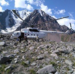 Вертолет спасателей в горах