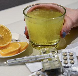Лекарственные препараты и градусник для измерения температуры