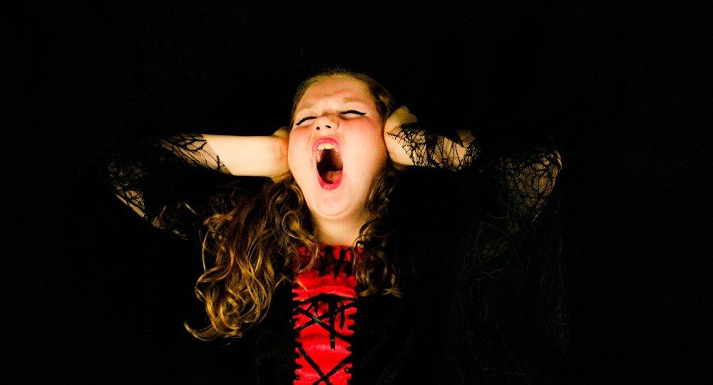 Девушка кричит, иллюстративное фото