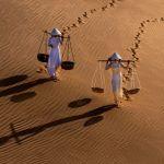 Снимок Two Girls Sand Dune фотографа Chin Leong Teo, вошедший в ТОП-50 категории Amateur Landscape конкурса the EPSON International Pano Awards 2018