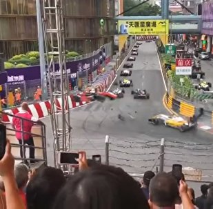 Гонщица Формулы-3 на скорости вылетела с трассы