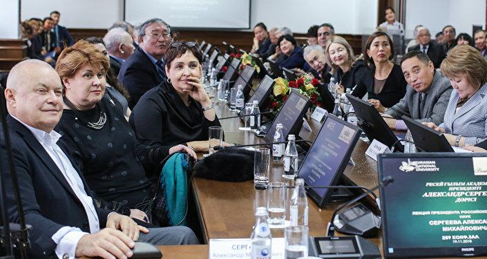 В столицу Казахстана также прибыл и посетил лекцию генеральный директор российского Международного информационного агентства Россия сегодня Дмитрий Киселев