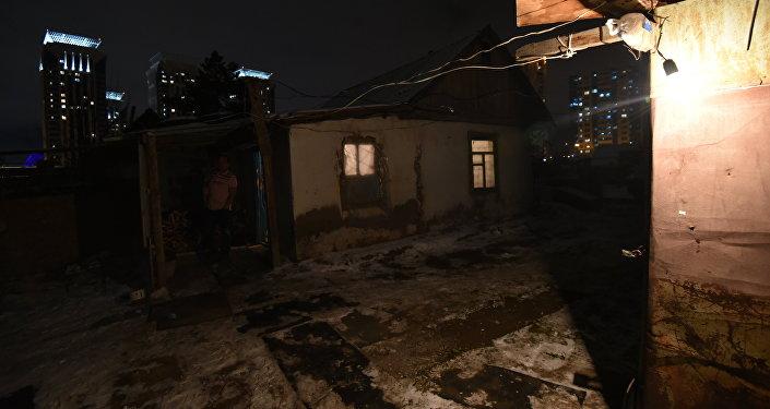 Багдат живет с двумя сыновьями в небольшой дачной постройке, а Сабира пока находится с малышом в доме у родителей