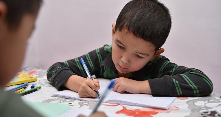 Вернувшись вечером с работы, Багдат, когда к нему зашли корреспонденты, помогал рисовать своим двух сыновьям