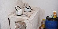 На печи – чайники, а рядом продукты