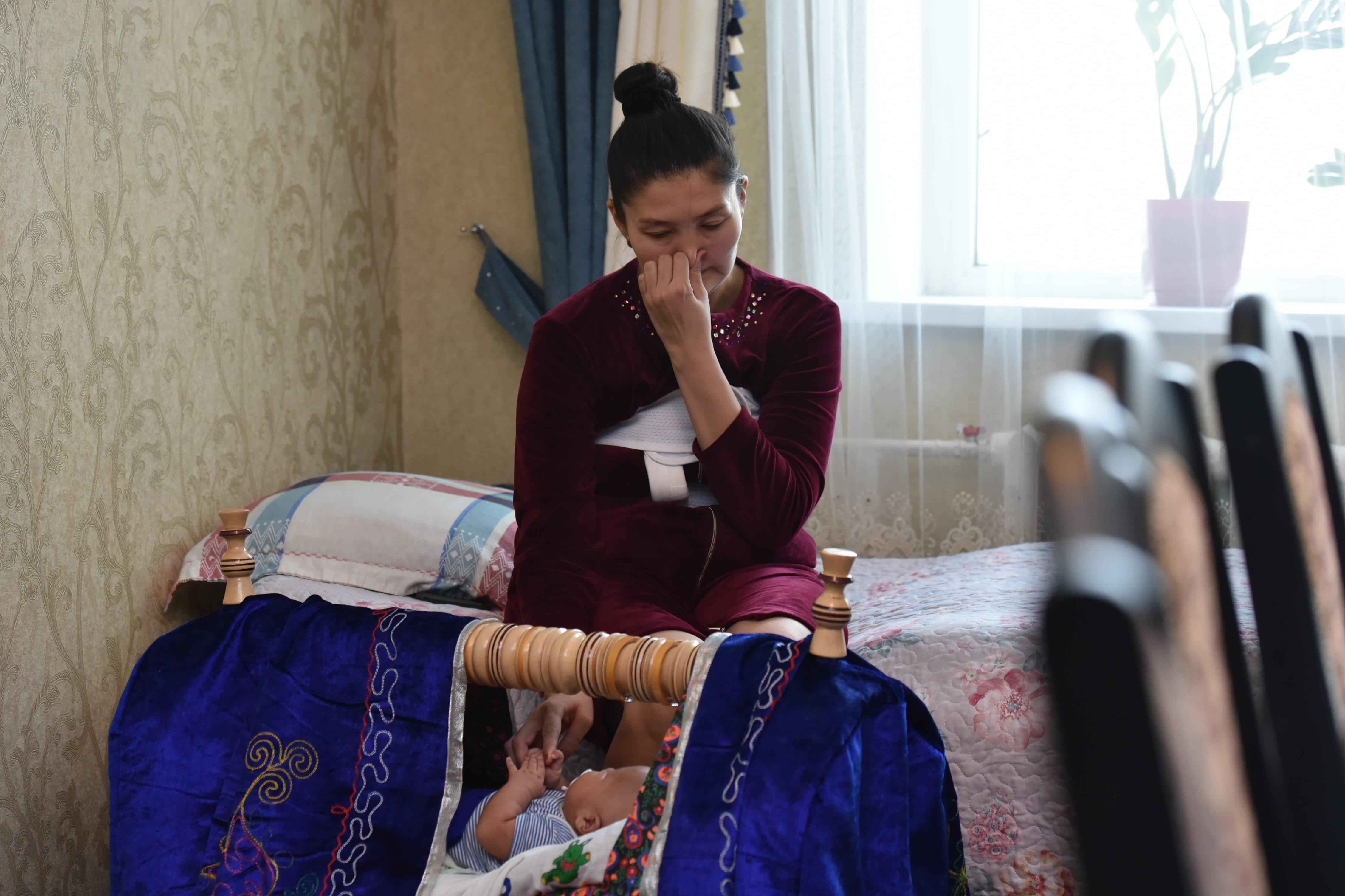 Покачивая бесик (колыбель), она произносит, что хочет поскорее выздороветь и вернуться домой к мужу и детям