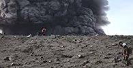 Пробуждение вулкана Эбеко на Курильских островах - видео