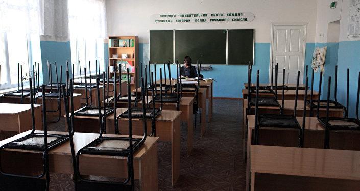 Архивное фото школьного учителя в опустевшем классе