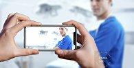 Пациент фотографирует доктора на камеру мобильного телефона, иллюстративное фото