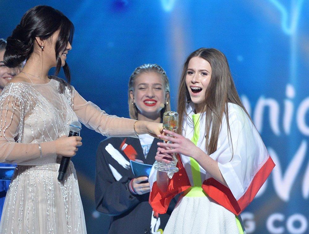 Победительница Детского Евровидения 2018, представительница Польши Роксана Вегель (справа) на церемонии награждения международного детского конкурса песни Евровидение-2018 в Минске