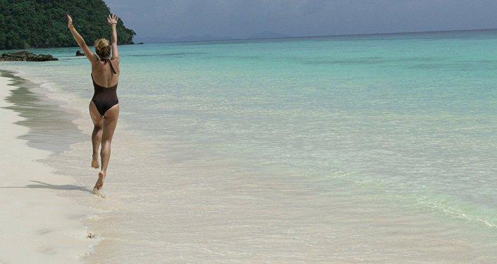 Девушка на морском пляже