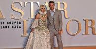 Американская певица и актриса Леди Гага и актер и режиссер Брэдли Купер позируют на премьере фильма Звезда родилась в Лондоне