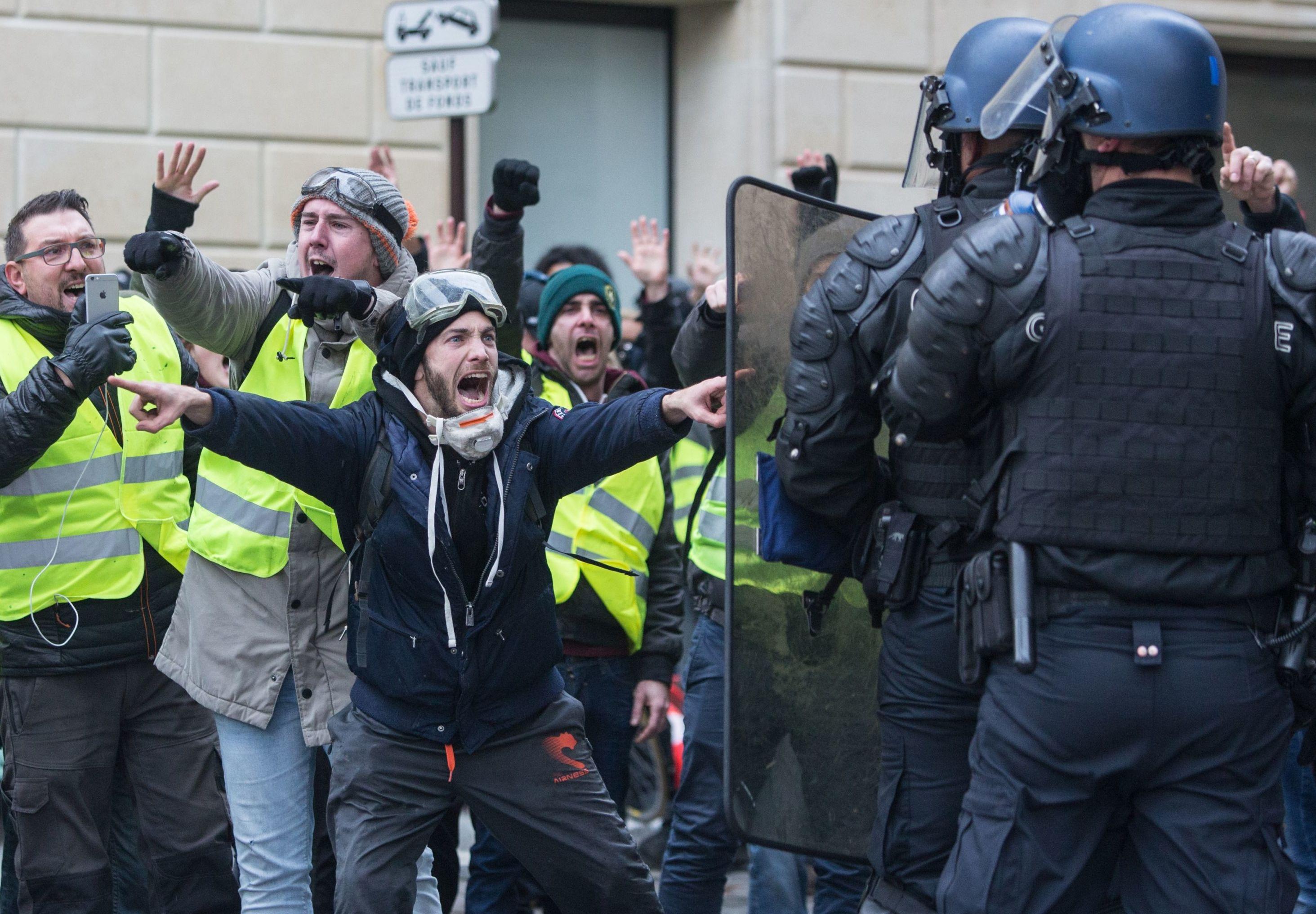 Акция протестов автомобилистов желтые жилеты в Париже