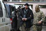 Один из задержанных моряков с кораблей ВМС Украины Бердянск, Никополь и Яны Капу (слева) у Киевского районного суда Симферополя