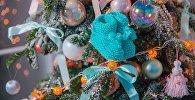 Жаңа жылдық шыршаға ілінген шұлық