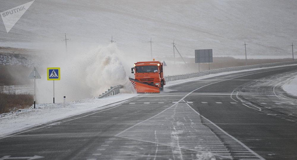 Уборка снега на зимней трассе, архивное фото