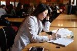 Студентка в библиотеке, архивное фото