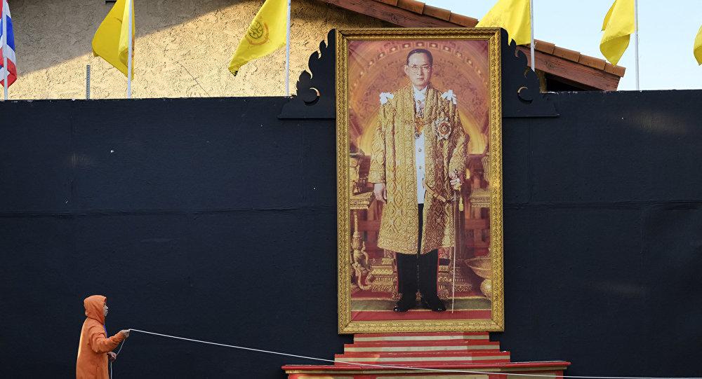 Портрет короля Таиланда Пхумипона Адульядета в тайском храме