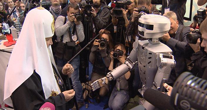 Робот Федор протянул руку Патриарху Кириллу на выставке православного форума