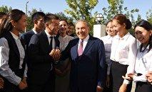 Президент Казахстана Нурсултан Назарбаев со студентами