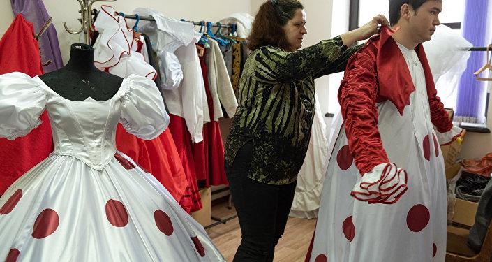 Костюмеры театра оперы и балета имени Абая рассказали о сложностях своей работы