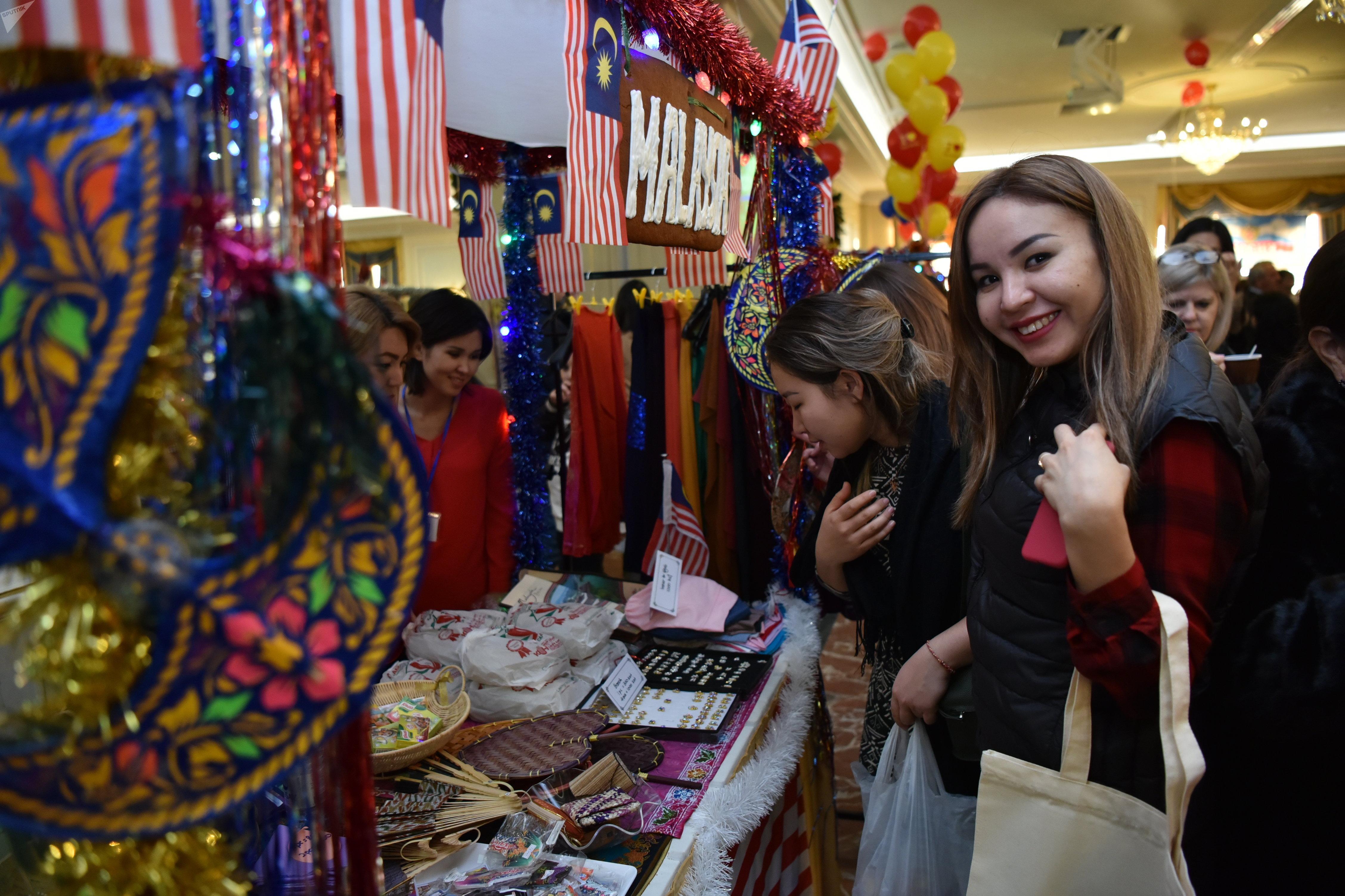 В Астане прошла ежегодная благотворительная ярмарка, которую традиционно устраивают жены послов