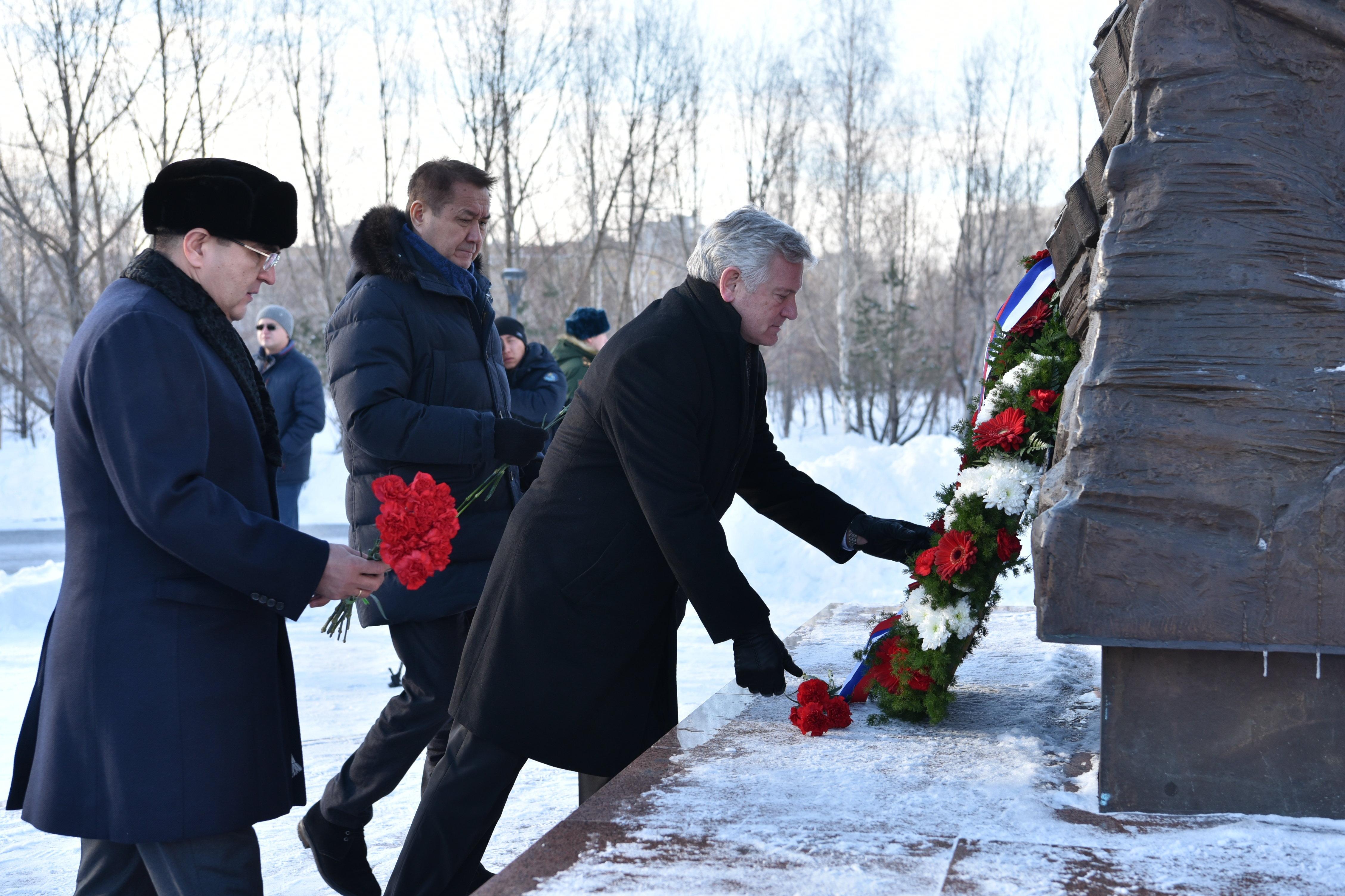 Чрезвычайный и полномочный посол Беларуси в Республике Казахстан Анатолий Ничкасов (в центре)