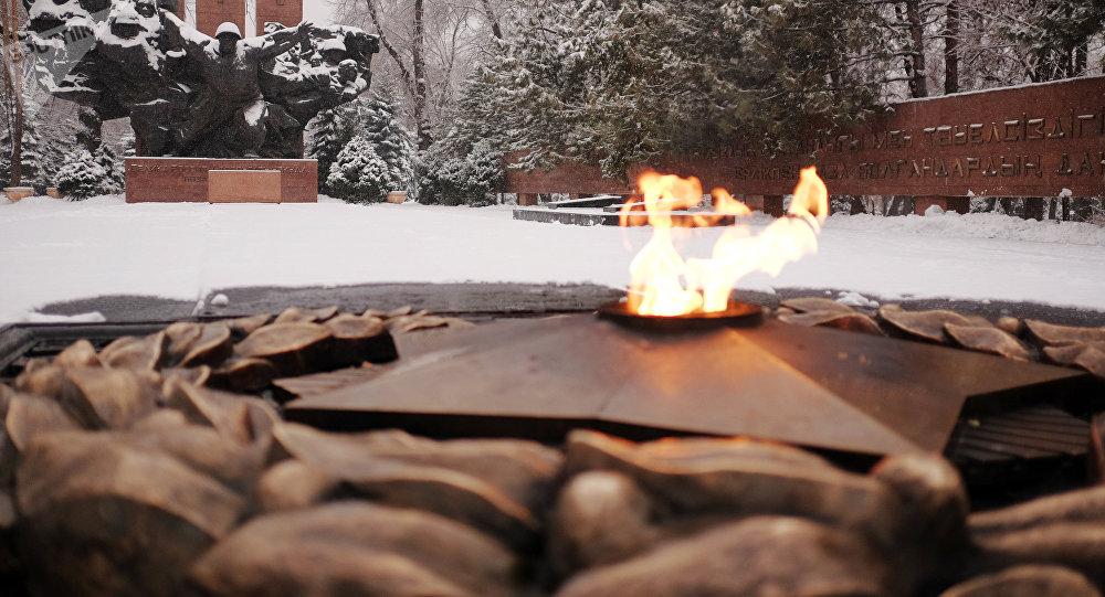 Вечный огонь мемориала Славы в парке им. 28 гвардейцев-панфиловцев в Алматы