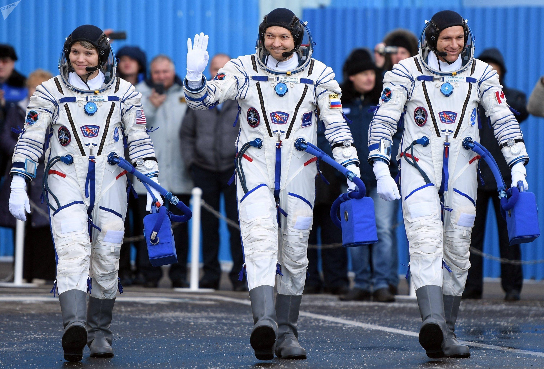 Члены основного экипажа МКС-58/59 (справа налево): астронавт Канадского космического агентства Давид Сен-Жак, космонавт Роскосмоса Олег Кононенко и астронавт НАСА Энн МакКлейн перед стартом ракеты-носителя