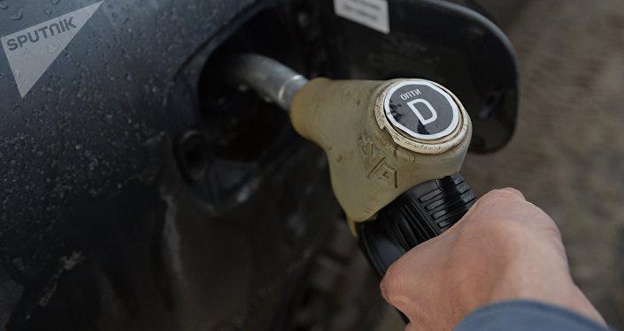 Заправка автомобиля дизельным топливом, архивное фото